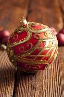 enfeites de Natal com fundo de madeira foto