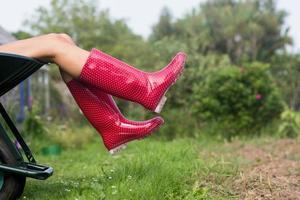 mulher vestindo welly botas no carrinho de mão foto
