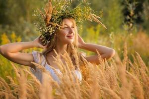 mulher em uma coroa de flores foto