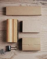 top vie de elementos de escritório clássico em branco sobre a madeira foto