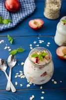 iogurte doméstico com frutas e granola foto