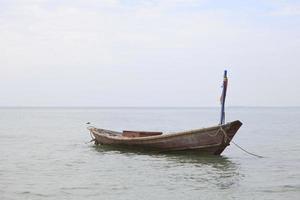 barco de pesca doméstica tailandesa no mar foto