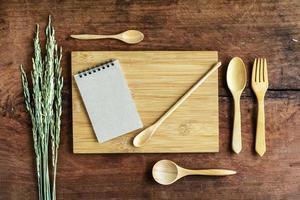 nota e utensílio de madeira em madeira velha foto
