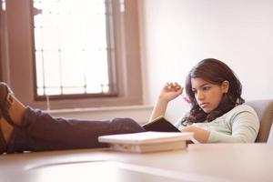 estudante asiática estudando foto