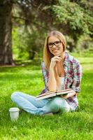 estudando ao ar livre. foto