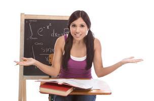 mulher de estudante de faculdade hispânica estudando exame de matemática foto