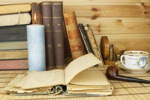 estudando história. livros antigos sobre a mesa. foto