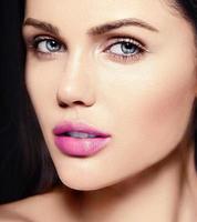 modelo de mulher bonita com maquiagem brilhante e lábios rosa foto