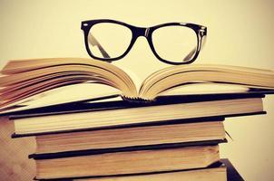livros e óculos foto