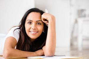 educação de estudante mulher indiana feliz escrevendo estudar