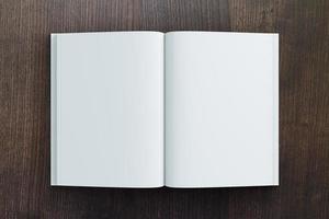 papel diário em branco na mesa de madeira, mock up foto
