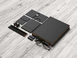conjunto de elementos de marca pretos na madeira foto