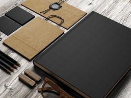 conjunto de elementos de marca em fundo branco de madeira foto