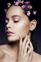 linda menina com flores cor de rosa