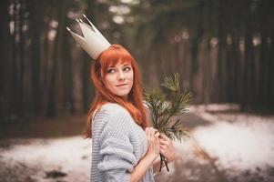 jovem mulher com coroa na floresta. foto