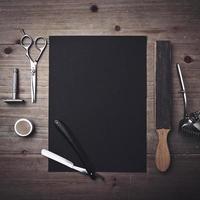 ferramentas de barbeiro vintage e página em preto