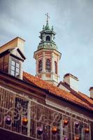 torre da igreja e as decorações de natal em primeiro plano foto