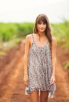 linda garota romântica ao ar livre. estilo de vida de verão