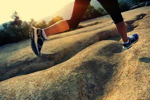 estilo de vida saudável mulher asiática correndo ao ar livre