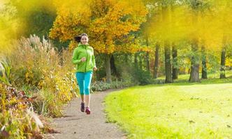jovem morena correndo no parque. foto
