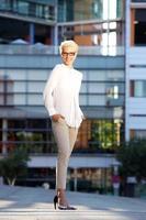 modelo de moda sorridente com óculos do lado de fora foto