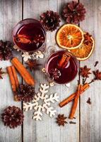 vinho quente de Natal em uma mesa de madeira rústica foto
