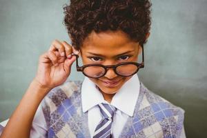 menino bonitinho segurando óculos foto