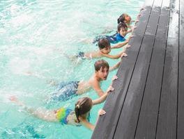 aula de natação bonito na piscina foto