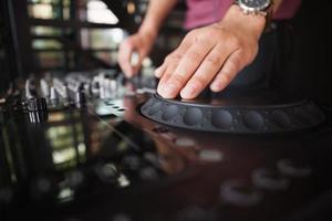 close-up de mãos girando os decks