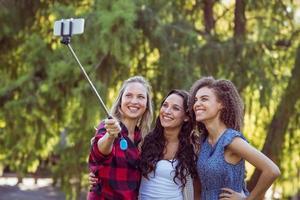 hipster bonito tomando uma selfie foto