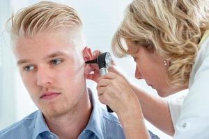 exame de ouvido foto