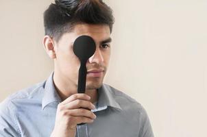 jovem tendo visão testada foto