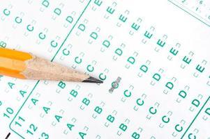 lápis no formulário de teste foto
