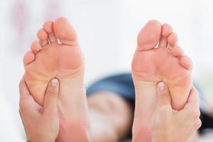 homem tendo massagem nos pés foto