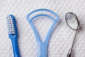 escova de dentes azul com ferramentas dentárias foto
