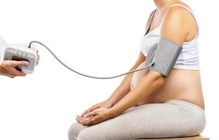 mulher grávida com médico isolado no branco foto