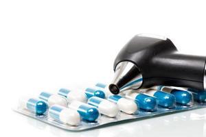 otoskop und tabletten foto