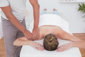 fisioterapeuta fazendo massagem no braço foto
