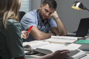 estudante de medicina com dor de cabeça foto