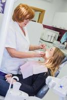 tratamento médico no consultório do dentista foto