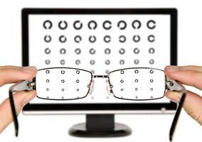 homem está vendo a carta de exame oftalmológico foto