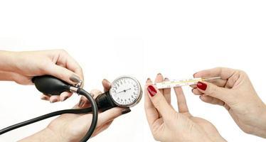 o termômetro de mercúrio e pressão arterial nas mãos das mulheres foto