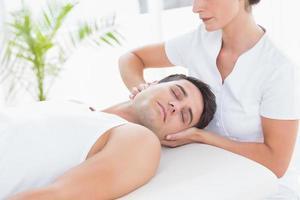homem recebendo massagem no pescoço foto