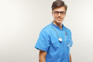 médico com estetoscópio no pescoço contra um fundo cinza foto