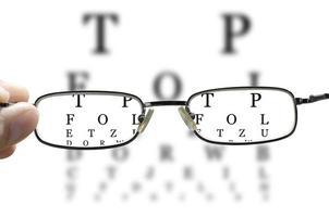 teste do olho através de óculos horizontais foto