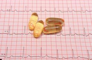relatório e gráfico de eletrocardiograma e comprimidos foto