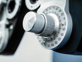 close-up de discagem no phoropter no consultório oftalmológico foto