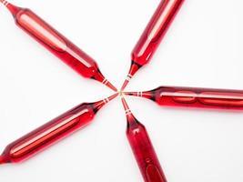 frascos vermelhos. conjunto de ampolas isolado no fundo branco foto