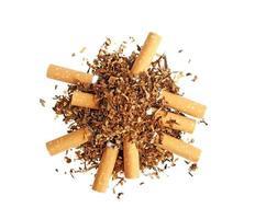 cigarros e tabaco isolado no fundo branco foto