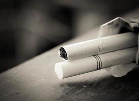 close-up de cigarros na mesa de madeira foto